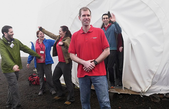 1년의 고립 생활을 마치고 돔에서 나와 기뻐하는 HI-SEAS 연구원들 - 하와이대학교 제공